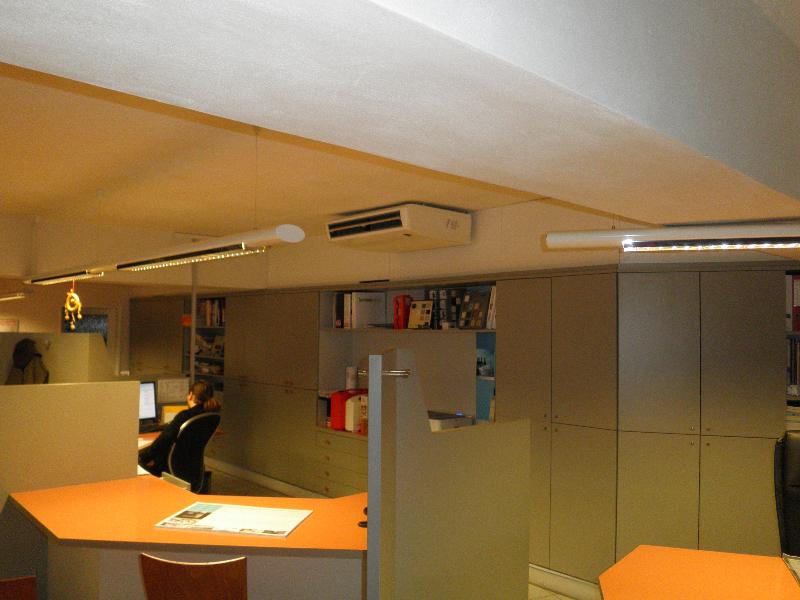 DIZ KUCHYNĚ Ukázka z montáže podstropních jednotek RAV Toshiba v prodejním centru kuchyní v Praze 7