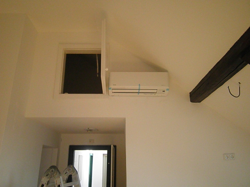 SIRIO PROPERTIES,S.R.O. Podkrovní byt na Žižkově. Chlazení multisplitem Toshiba 3+1